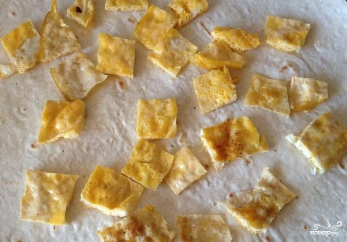 Приготовленный омлет нарезаем небольшими кубиками и раскладываем на лаваш.