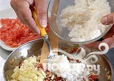 Смешать томаты, тертый сыр, фарш, яйца и рис. Приправить солью и перцем, посыпать зеленью. Удалить сердцевину из кабачков, сделав нечто вроде лодочек. Смазать противень маслом и разложить цуккини по поверхности.