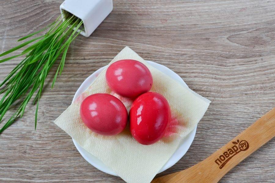 Яйца получились красивыми нежно-розовыми. К слову, качество окрашивания зависит не только от свеклы, но и от самих яиц. Как видно на фото, одно яйцо получилось более ярким, чем три остальные, хоть и лежало в красителе ровно столько же.