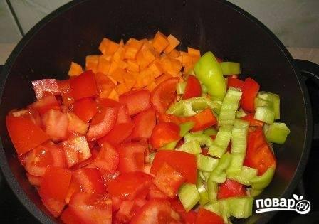Очистим морковь и перец. Нарежем все оставшиеся овощи кубиками. Добавим к мясу, солим и добавляем молотый перец.