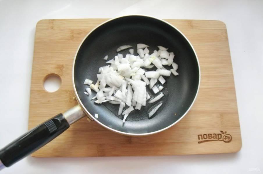 Репчатый лук очистите, помойте и нарежьте произвольно. Выложите в сковороду.