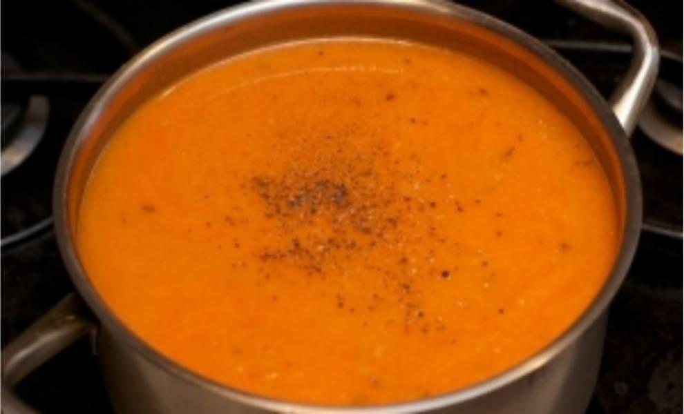 5. Переливаем эту смесь в кастрюлю и добавляем 1 л. кипячёной воды. После чего суп необходимо довести до кипения, добавить соль и перец.