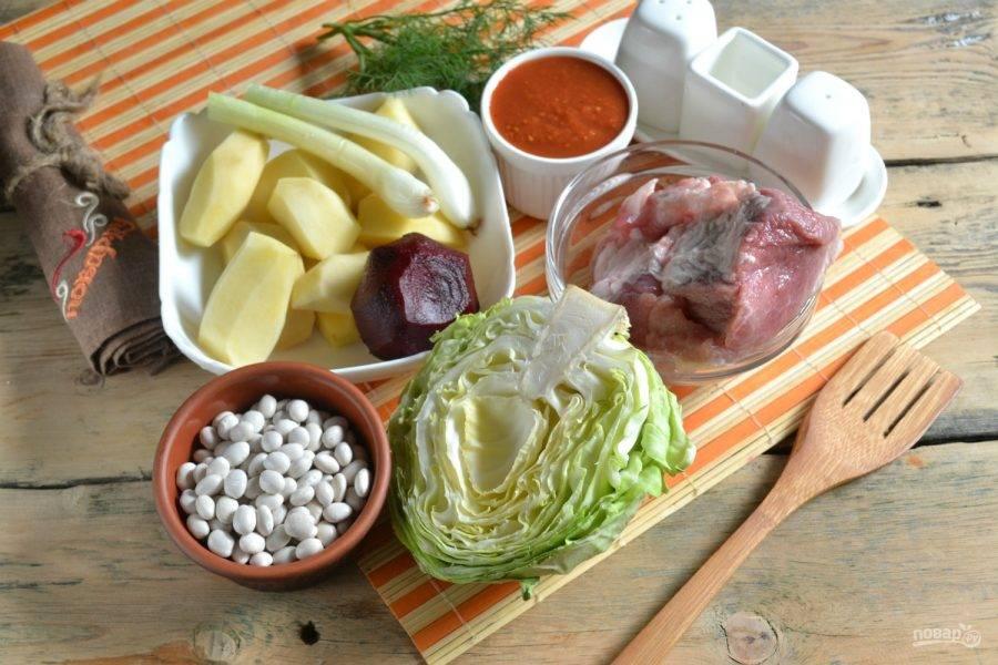 1.Подготовьте все необходимые ингредиенты. Все овощи очистите и промойте.