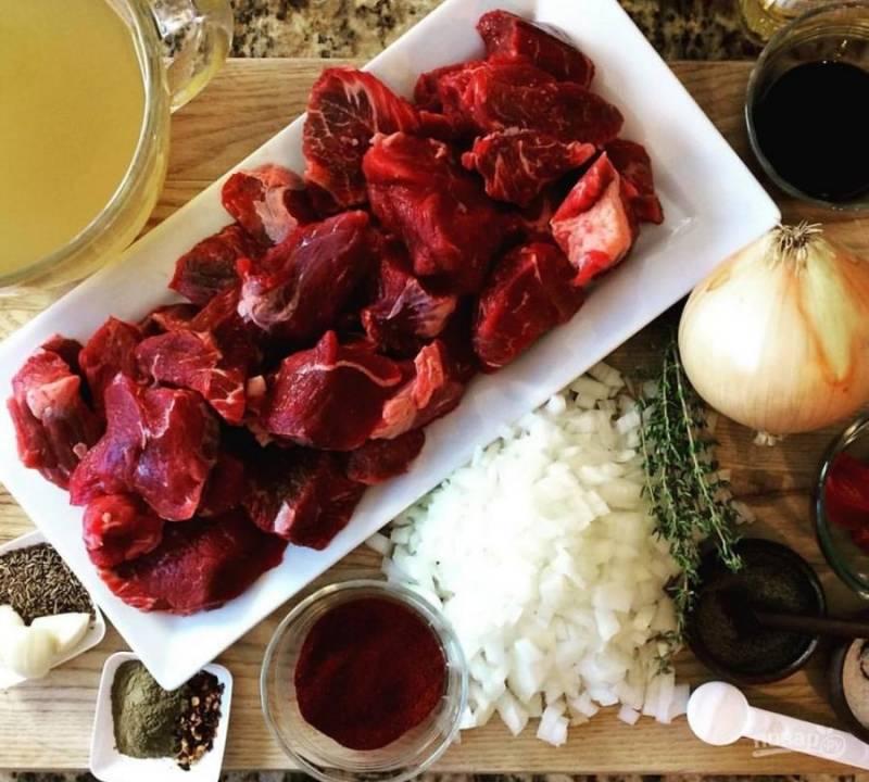 1.Вымойте мясо, нарежьте его кусочками (4х4 см). Очистите и мелко нарежьте лук, измельчите чеснок.