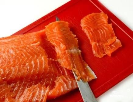 Рыбка готова. Нарезаем тонкими ломтиками и подаем к столу. Оставшуюся просоленную рыбу извлекаем из рассола, можно отправить её на хранение в морозильную камеру.