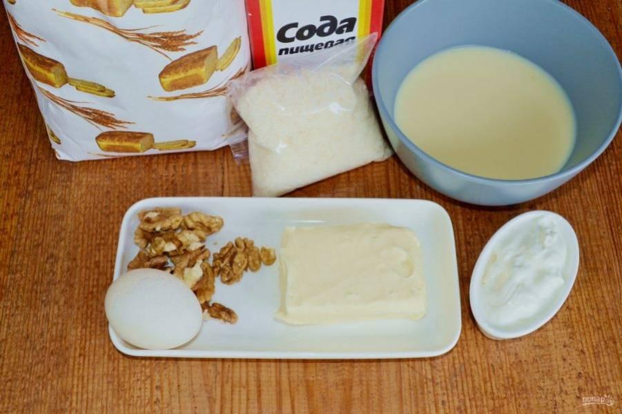 Подготовьте ингредиенты. Первым делом включите духовку и разогрейте до 180 градусов.