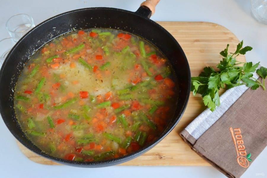 5. Влейте воду или овощной бульон, положите соль, перец и специи. Доведите до кипения рис, накройте крышкой и томите 20-30 минут, в зависимости от сорта риса.