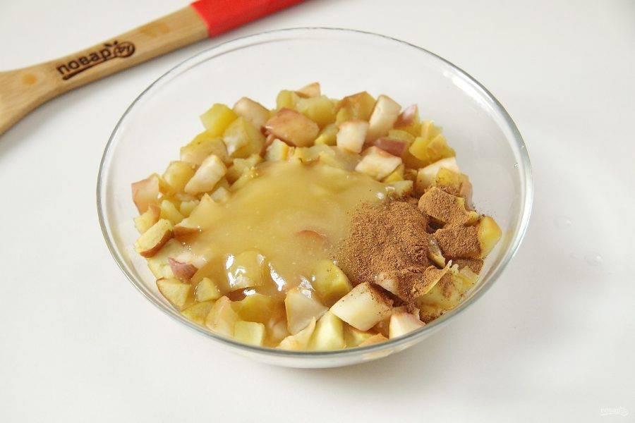 Добавьте к яблокам корицу и мед по вкусу.