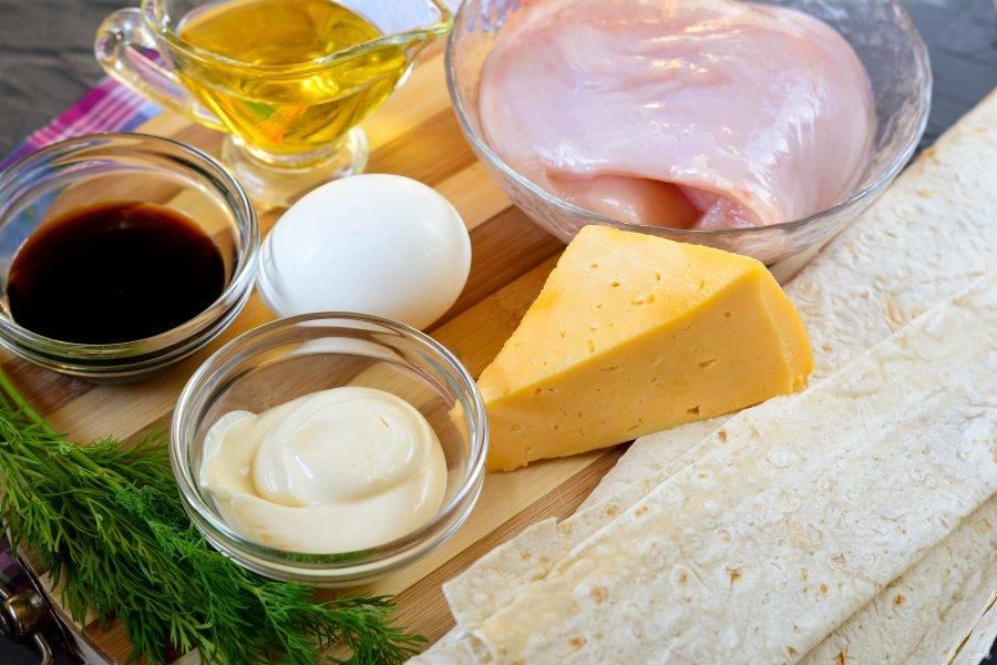 Подготовьте ингредиенты для приготовления рулета из лаваша с курицей и сыром в духовке.