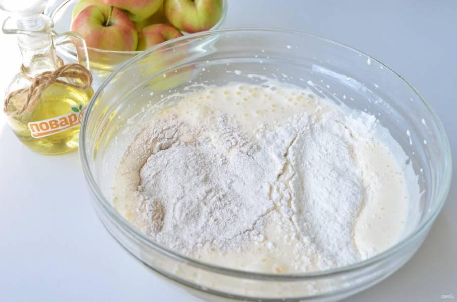 4. Введите просеянную муку, ржаную и пшеничную. Миксером (обороты минимальные) соедините оба вида муки с яйцами.