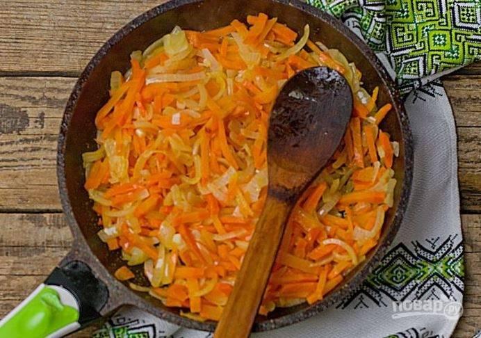 На отдельную сковороду влейте растительное масло, разогрейте его. Очистите лук и морковь. Лучок нарежьте кубиками, а морковь натрите на терке. Пассеруйте овощи на растительном масле.