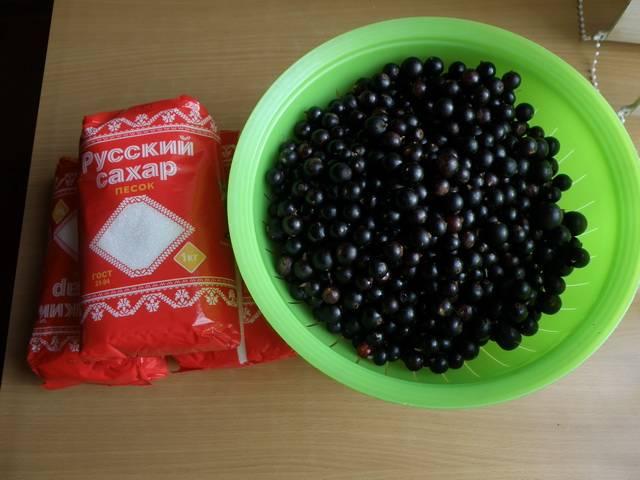 Итак, перебираем смородину, тщательно ее промываем и высушиваем ягоды.