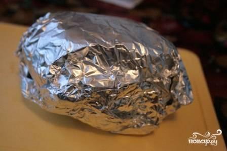 Аккуратно заворачиваем мясо в фольгу, в несколько слоев - так из него не вытечет сок при запекании.