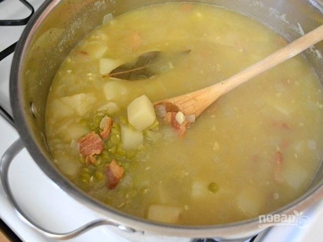 8.Когда суп нагреется, добавьте в него картофель, увеличьте огонь и доведите до кипения, затем уменьшите огонь, накройте крышкой и готовьте 45 минут.