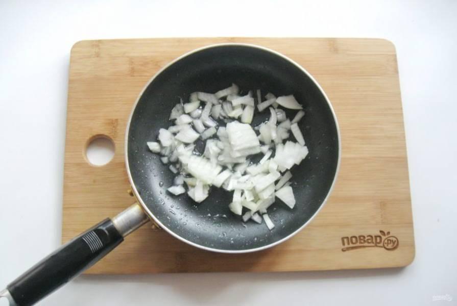 Репчатый лук очистите, помойте и мелко нарежьте. Выложите в сковороду.
