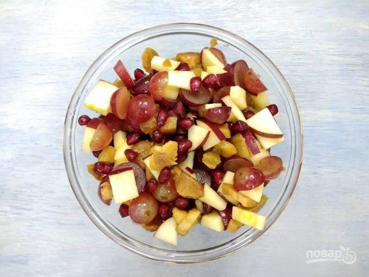 2. Вымойте, обсушите и измельчите фрукты.