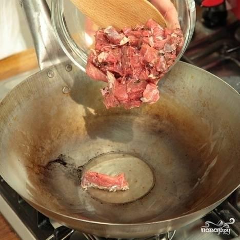 В сковороде разогрейте масло, обжарьте в нем кусочки баранины до полной готовности (около 7 минут на быстром огне, в зависимости от величины кусочков) и подавайте с соусом из йогурта и мяты. Приятного аппетита!
