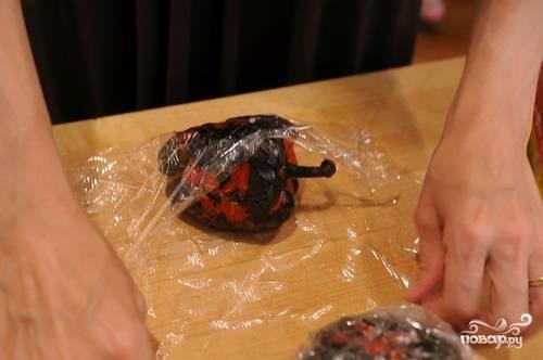 После того как перцы полностью остыли, достаем их из пленки и снимаем кожу.