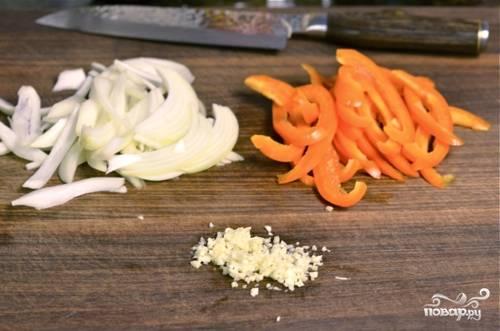 3. Очистите, а после нарежьте лук, перец и чеснок.