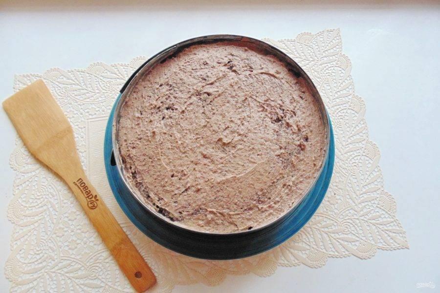 Смазывая каждый корж пропиткой и кремом, соберите торт. Отправьте в холод на ночь. За это время он хорошо пропитается и станет очень мягким и нежным.
