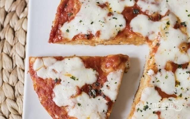 5.Готовьте пиццу под крышкой еще 2 минуты, пока не расплавится сыр. Вот и готова самая быстрая пицца на сковороде. Приятного аппетита!