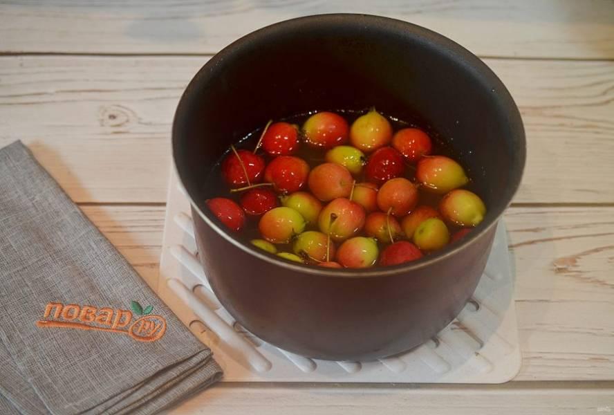 3. Положите в сироп яблоки и оставьте на 3-4 часа, чтобы они дали сок.