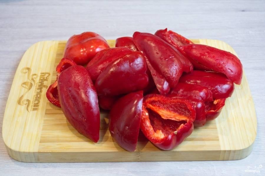 Болгарский перец и красный острый жгучий перец помойте. Очистите от семян и плодоножек. Нарежьте не крупно.
