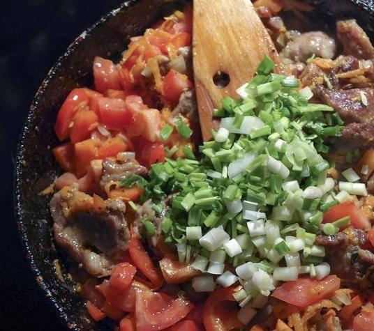 3. Когда все ингредиенты хорошенечко обжарятся, - добавим специи, соль, перец по вкусу и зеленый лук (или редьку, у кого что есть). Держим еще 5 минут на маленьком огне под крышкой.
