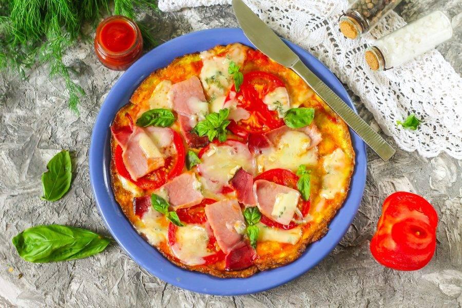 Выложите пиццу на тарелку, нарежьте на порции и подавайте к столу. Приятного аппетита!
