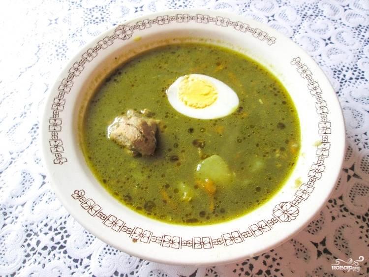 Добавляем соль, приправы и мясо из бульона. Выключаем огонь. Яйцо режем, украшаем им при подаче наш замечательный супчик. Приятного аппетита!
