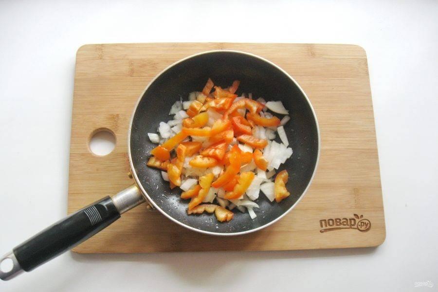 Болгарский перец очистите, помойте и нарежьте соломкой. Добавьте к луку и чесноку.