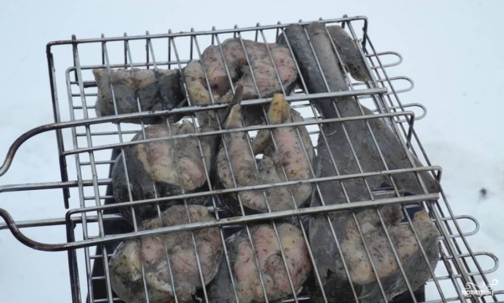 Затем подготовливаем хорошенькие угли, складываем рыбку в сетку и запекаем осетрину на углях около 20-30 минут, постоянно переворачивая. Так как осетрина рыба жирная, будет капать сок и угли могу периодически разжигаться, спешу уверить, что ничего страшного в этом нет! Наоборот, появится румянная и аппетитная корочка.