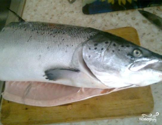 Для приготовления рыбных стейков я взяла семгу. Красная рыба мне нравится больше, чем большинство других видов. Исключением может быть, разве что, рыба, пойманная собственноручно. Такая рыбка будет в приоритете. Рыбаки меня поймут! В общем, если рыбалка не удалась, готовим из семги. Рыбу сперва нужно обработать и разделать.
