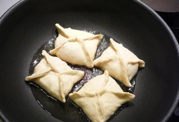 8. На сковороде разогреть растительное масло и отправить туда конвертики. Жарить на среднем огне до золотистого цвета с двух сторон.