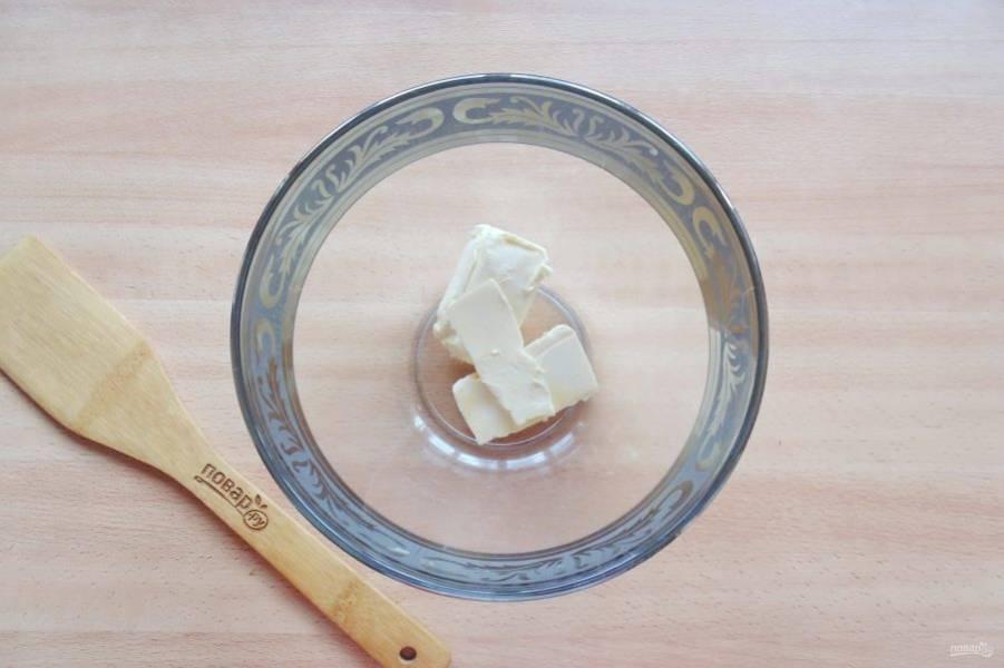 Мягкое сливочное масло выложите в миску.