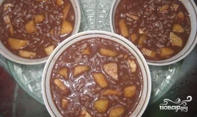 Креманки смажьте сливочным маслом, залейте пудинг, разложите рис, бананы и яблоки. Отправьте в пароварку на 20 минут, накрыв фольгой. На другом уровне пароварки разложите тыкву (также на 20 минут).