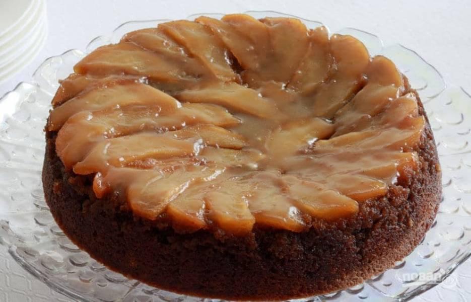 15.Накройте форму тарелкой и переверните пирог, выложите поверх несколько ложек карамельного соуса.