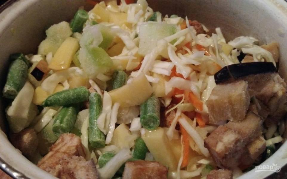 2. Если у вас овощи свежие - хорошо, но в данном случае используются замороженные. Смешайте спаржу, нарезанные лук и морковь, а также добавьте измельченный картофель, капусту, помидор, болгарский перец и баклажан. Количество овощей регулируйте сами.