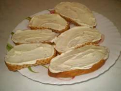 Каждый ломтик хлеба натрите чесноком и намажьте майонезом.