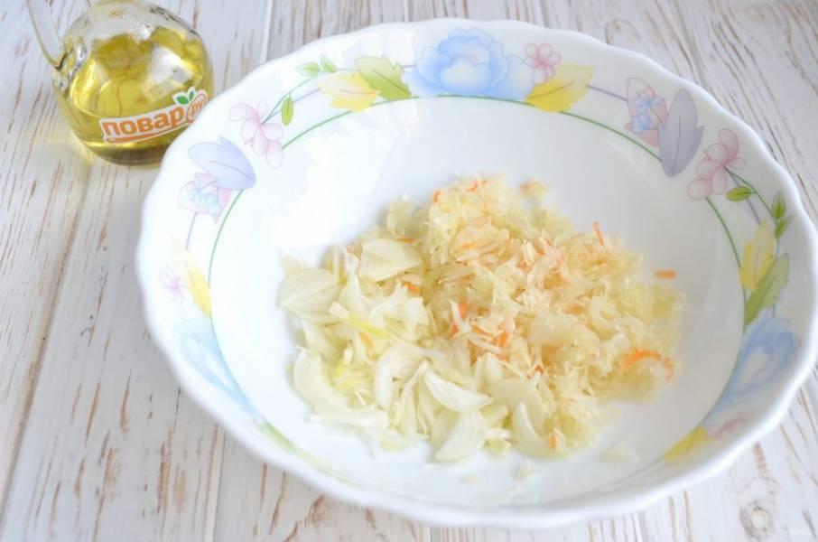 2. Капусту отожмите от сока, порубите ножом мелко, добавьте к ней очищенный и порезанный мелко лук.