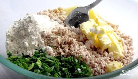 3. Соедините масло, желток, муку, сливки с получившимся мясным фаршем. Добавьте немного молотого мускатного ореха. Помойте и обсушите зелень. Мелко порежьте и выложите в фарш. Тщательно перемешайте.