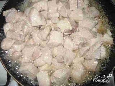 Как только мясо дало сок, открываем крышку и тушим на среднем огне около 5 минут, после чего уменьшаем огонь, снова накрываем крышкой и тушим примерно 10 минут. Солим, перчим, периодически помешиваем. Проверяем мясо - если оно не стало мягким, то добавляем немного воды и продолжаем тушить под крышкой.