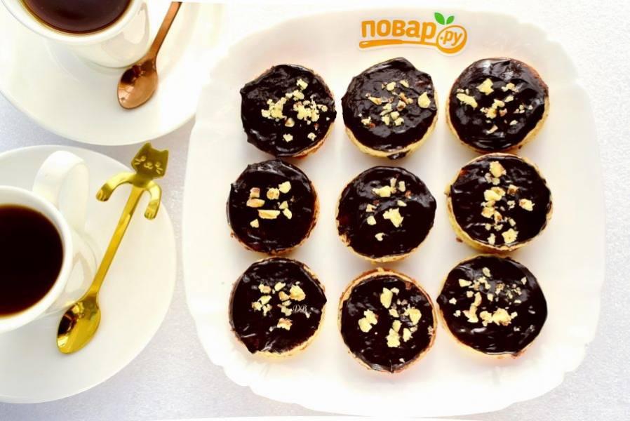 Верхний кружок пирожного покройте глазурью, присыпьте рублеными орешками (в идеале - фисташками). Приятного аппетита!