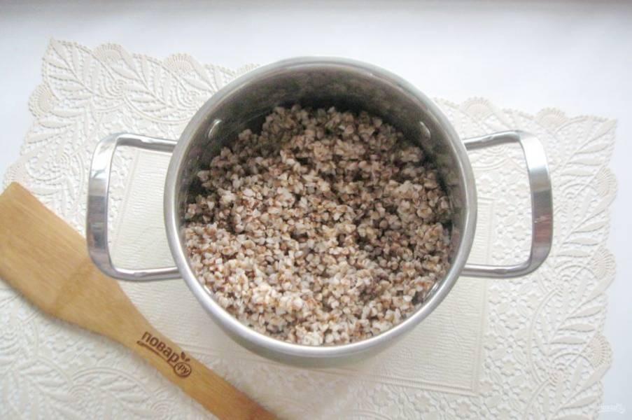 Гречневую крупу переберите от примесей и тщательно промойте. Выложите в кастрюлю, залейте водой в соотношении гречки к воде 1:2. Посолите по вкусу и варите до готовности.
