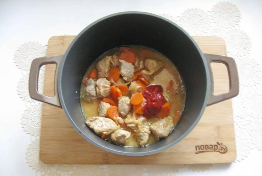 Добавьте томатную пасту. В 70 мл. холодной воды разведите 2 столовые ложки крахмала и влейте в гуляш.
