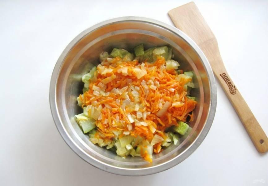 Добавьте морковь с луком к кабачкам.