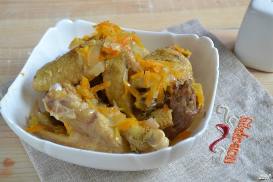Индоутка, тушенная кусочками, готова! В тарелку выложите кусочки утки и лук с морковью. Сверху можно украсить зеленью. К такому мясу подайте гарнир из картофеля-пюре и легкий овощной салат. Приятного аппетита!