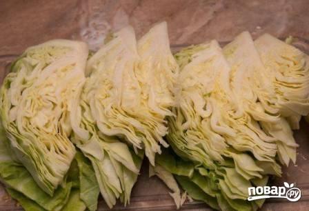 Капусту можно разобрать на листья, а можно разрезать на 8-10 частей.