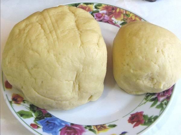 5. Разделить готовое тесто на две части разного размера. Ту, что поменьше, сразу отправить в морозилку, чтобы она немного подмерзла.