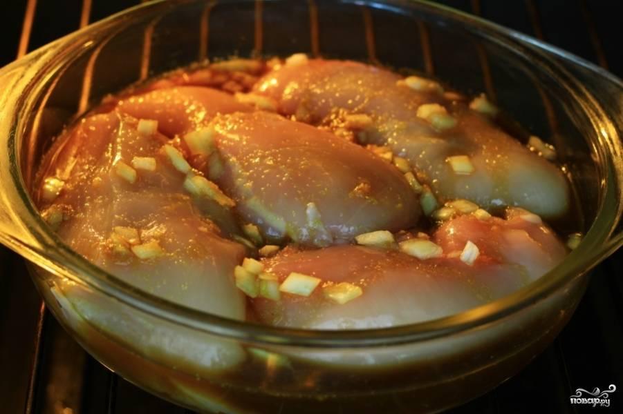 После того, как курица в коньяке замариновалась, выпекайте её в разогретой на 200 градусов духовке 1,5 часа. До полной готовности курицы.
